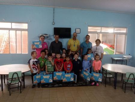 Entrega de material do sistema Aprende Brasil